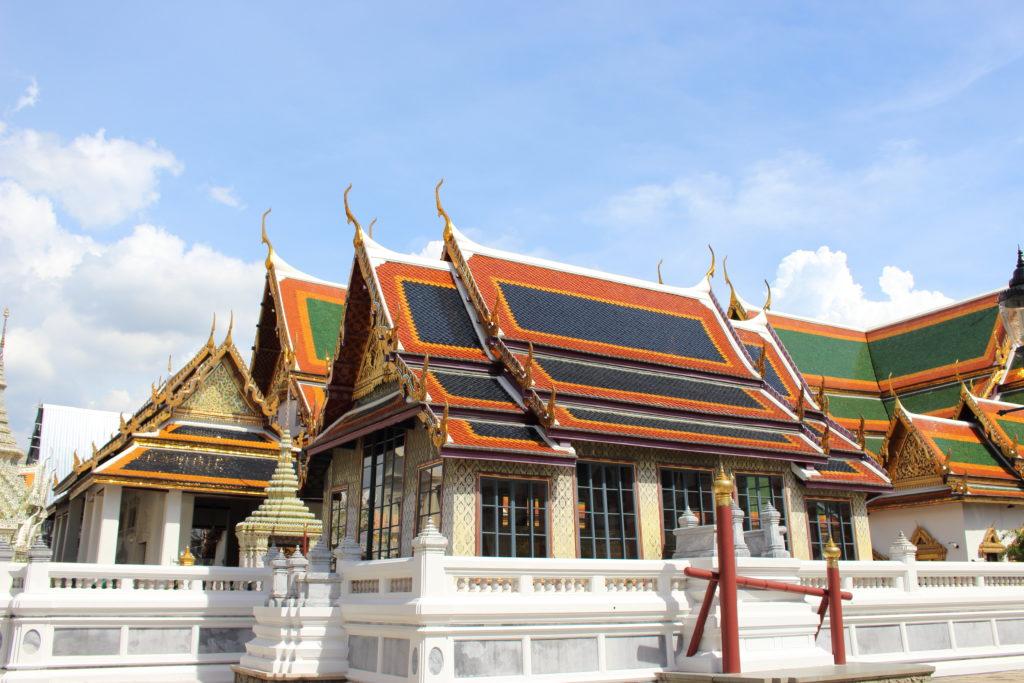 タイ旅行 寺院 服装,タイ旅行 服装 色,タイ 寺院 サンダル